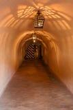 Lámparas antiguas de las lámparas en la mazmorra de la cueva Fotos de archivo