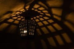 Lámparas antiguas de las lámparas en la mazmorra de la cueva Imágenes de archivo libres de regalías