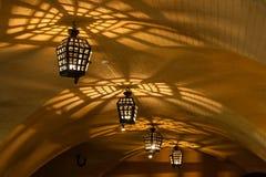 Lámparas antiguas de las lámparas en la mazmorra de la cueva Imagen de archivo
