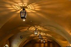 Lámparas antiguas de las lámparas en la mazmorra de la cueva Foto de archivo libre de regalías