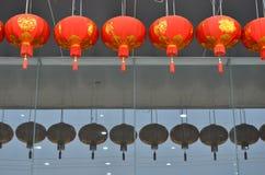 Lámparas chinas del símbolo del Año Nuevo en el edificio Imagenes de archivo