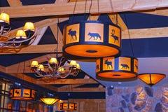 Lámparas con la decoración de los cuernos y de los animales del reno en un resto Fotos de archivo libres de regalías