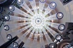 Lámparas cristalinas en la mansión del castillo Foto de archivo