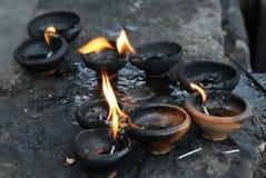 Lámparas de aceite de coco en un templo budista Foto de archivo