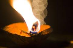 Lámparas de aceite que queman en diwali Foto de archivo