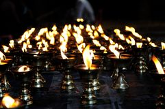 Lámparas de aceite que queman en el templo Imagen de archivo libre de regalías