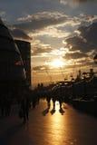 Lámparas de calle de la puesta del sol de la ciudad de Londres de la gente Fotografía de archivo libre de regalías
