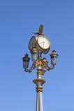 Lámparas de calle desde hora en fondo celestial Imagenes de archivo