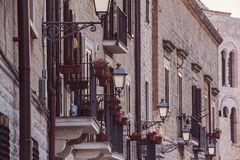 Lámparas de calle en el distrito viejo foto de archivo