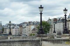 Lámparas de calle sobre arquitectura parisiense tradicional Imagen de archivo libre de regalías