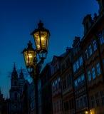 Lámparas de calle viejas de la ciudad de Praga en la noche Fotografía de archivo