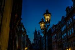 Lámparas de calle viejas de la ciudad de Praga en la noche Imágenes de archivo libres de regalías