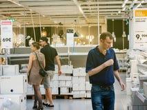 Lámparas de compra de los pares en la tienda de IKEA Foto de archivo libre de regalías