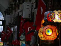 Lámparas de cristal coloridas turcas en un bazar en Estambul Fotografía de archivo