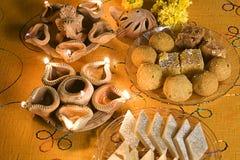 Lámparas de Diwali con los dulces indios (mithai) Imagen de archivo