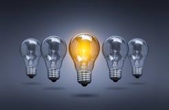 Lámparas de la bombilla en un fondo del color foto de archivo libre de regalías