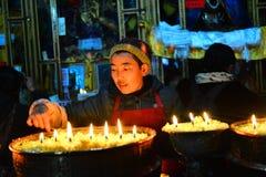 Lámparas de la mantequilla y famale tibetano Imagen de archivo libre de regalías