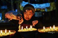 Lámparas de la mantequilla y famale tibetano Foto de archivo