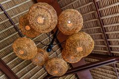 Lámparas de la paja Interior del restaurante Materiales naturales Bali, Indonesia fotos de archivo libres de regalías