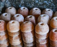 Lámparas de la sal de la taza de la pila imagen de archivo