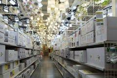 Lámparas de Leroy Merlin Store Leroy Merlin es mejoras para el hogar francesas y un reta que cultiva un huerto Fotos de archivo libres de regalías