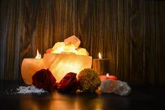 Lámparas de los pedazos del cuenco y candelero natural de la sal | Sal Himalayan imagenes de archivo