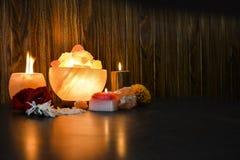 Lámparas de los pedazos del cuenco y candelero natural de la sal | Sal Himalayan foto de archivo