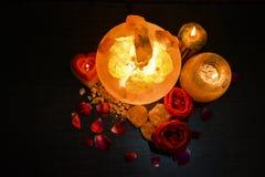 Lámparas de los pedazos del cuenco y controlador natural de la vela de la sal | Sal Himalayan imágenes de archivo libres de regalías