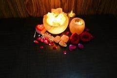 Lámparas de los pedazos del cuenco y controlador natural de la vela de la sal | Sal Himalayan imagen de archivo