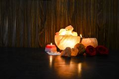 Lámparas de los pedazos del cuenco y controlador natural de la vela de la sal | Sal Himalayan foto de archivo