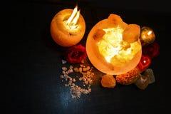 Lámparas de los pedazos del cuenco y controlador natural de la vela de la sal | Sal Himalayan fotos de archivo libres de regalías