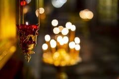 Lámparas de oro de la iglesia imagen de archivo