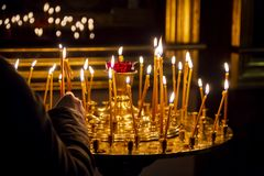 Lámparas de oro de la iglesia fotografía de archivo
