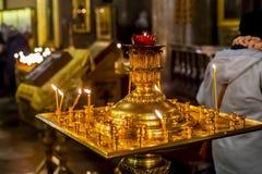 Lámparas de oro de la iglesia imagenes de archivo
