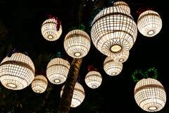 Lámparas de papel de la mora con los marcos de bambú tejidos dentro Fotos de archivo