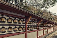 Lámparas de pared en el templo de Naritasan, Narita, Japón - Fotos de archivo