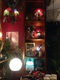 Lámparas decorativas en ventana de la tienda Imágenes de archivo libres de regalías