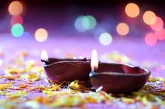 Lámparas del diya de la arcilla encendidas durante la celebración de Diwali Tarjeta de felicitaciones De