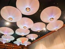 Lámparas elegantes en el hotel Imagenes de archivo