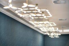 Lámparas en el comedor en el restaurante de cinco estrellas del hotel en Pomorie, Bulgaria Fotografía de archivo