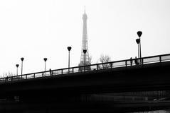 Lámparas en el puente que hace frente a la torre Eiffel, en París Francia Imágenes de archivo libres de regalías