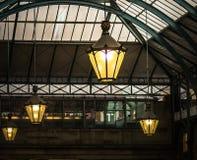 Lámparas en Hall Market del sur, Covent Garden, Londres imagenes de archivo