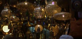 lámparas en la forma de las lunas en la memoria del Islam fotografía de archivo