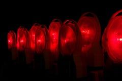 Lámparas encendidas rojo de la vista de la construcción en la noche Imagen de archivo
