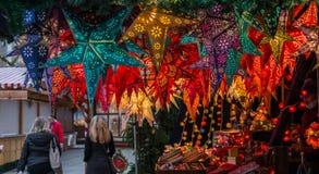 Lámparas, linterna y estrellas en mercado de la Navidad en Regensburg, Alemania Imagen de archivo
