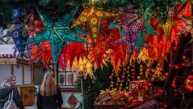 Lámparas, linterna y estrellas en mercado de la Navidad en Regensburg, Alemania Foto de archivo libre de regalías