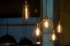 Lámparas pendientes industriales contra la pared áspera Interior del desván Bulbos de Edison Foto de archivo libre de regalías