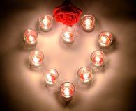 Lámparas pequeñas de una iluminación con parafina aromática del color rojo en un sma Imágenes de archivo libres de regalías
