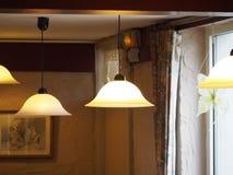 Lámparas que brillan intensamente que cuelgan en el lacre fotos de archivo libres de regalías