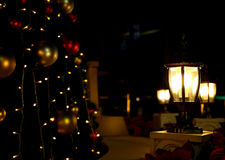 Lámparas que brillan intensamente en la noche oscura Foto de archivo